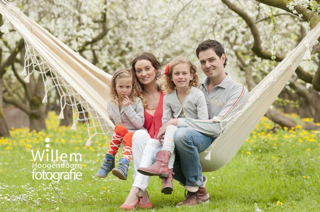 familiefoto gezin buiten op locatie in hangmat door Willem Hoogendoorn Fotografie Woerden