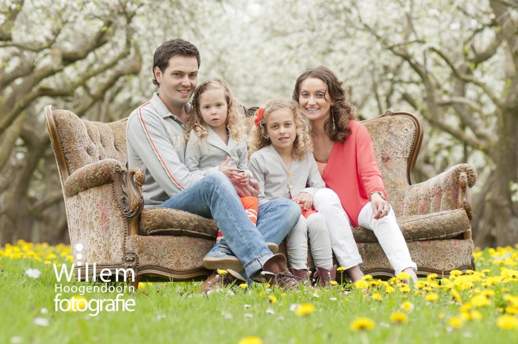 familieportret familiefoto in boomgaard door Willem Hoogendoorn Fotografie Woerden