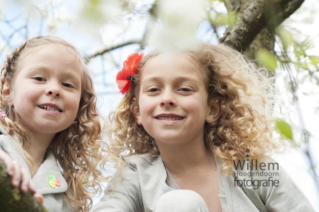 spontane kinder fotografie zujsjes klimmen in boom foto door Willem Hoogendoorn Fotografie Woerden